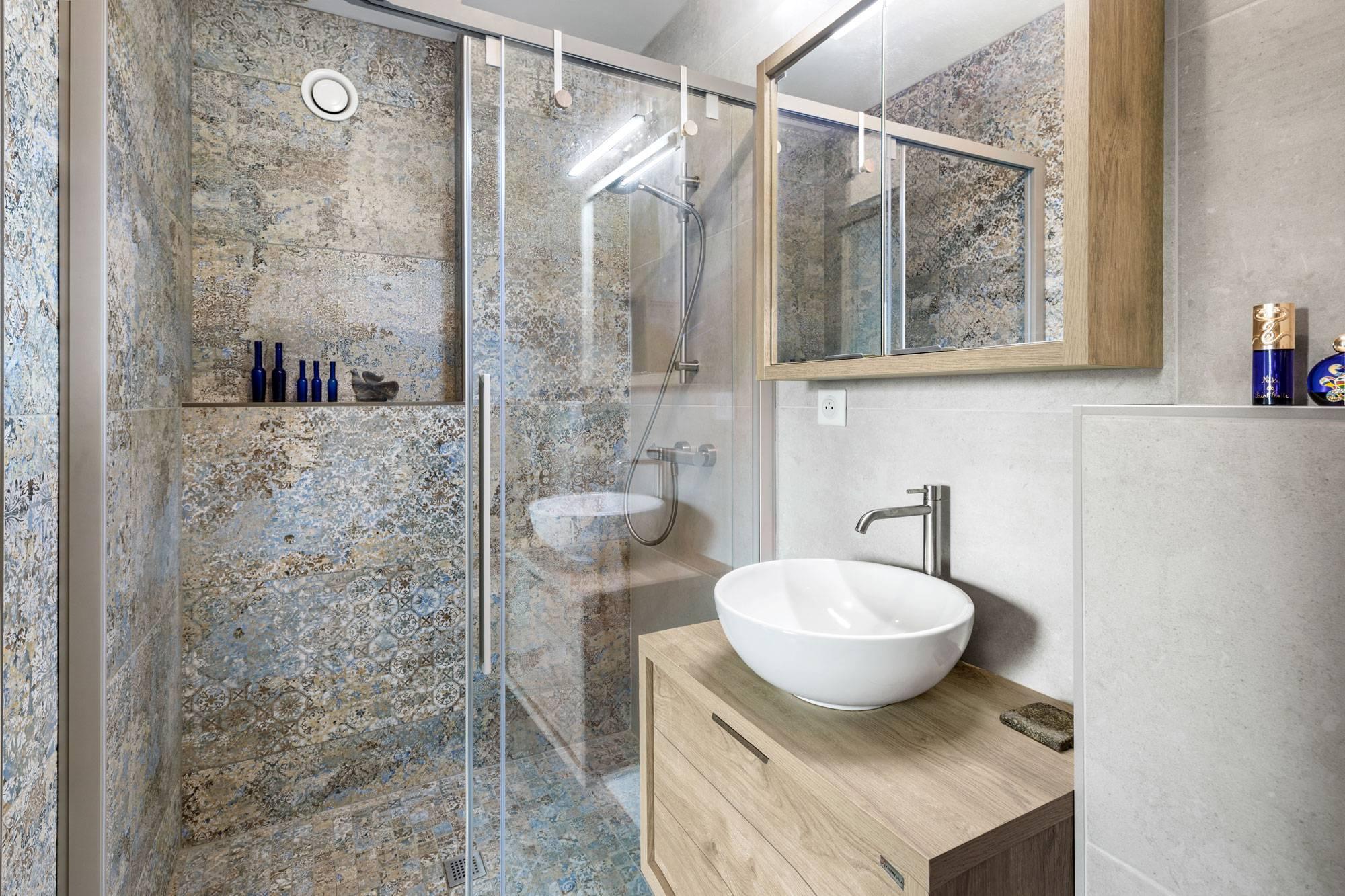 Salle de bains avec douche à l\'italienne, déco Aix en ...