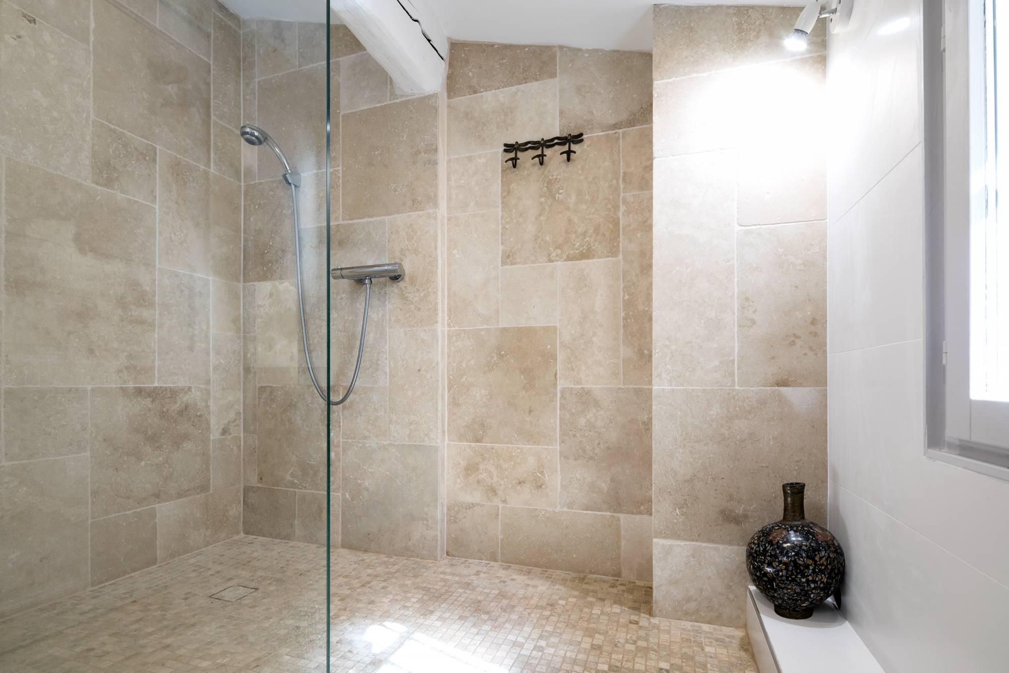 Salle de bains en opus de travertin Aix en Provence ...