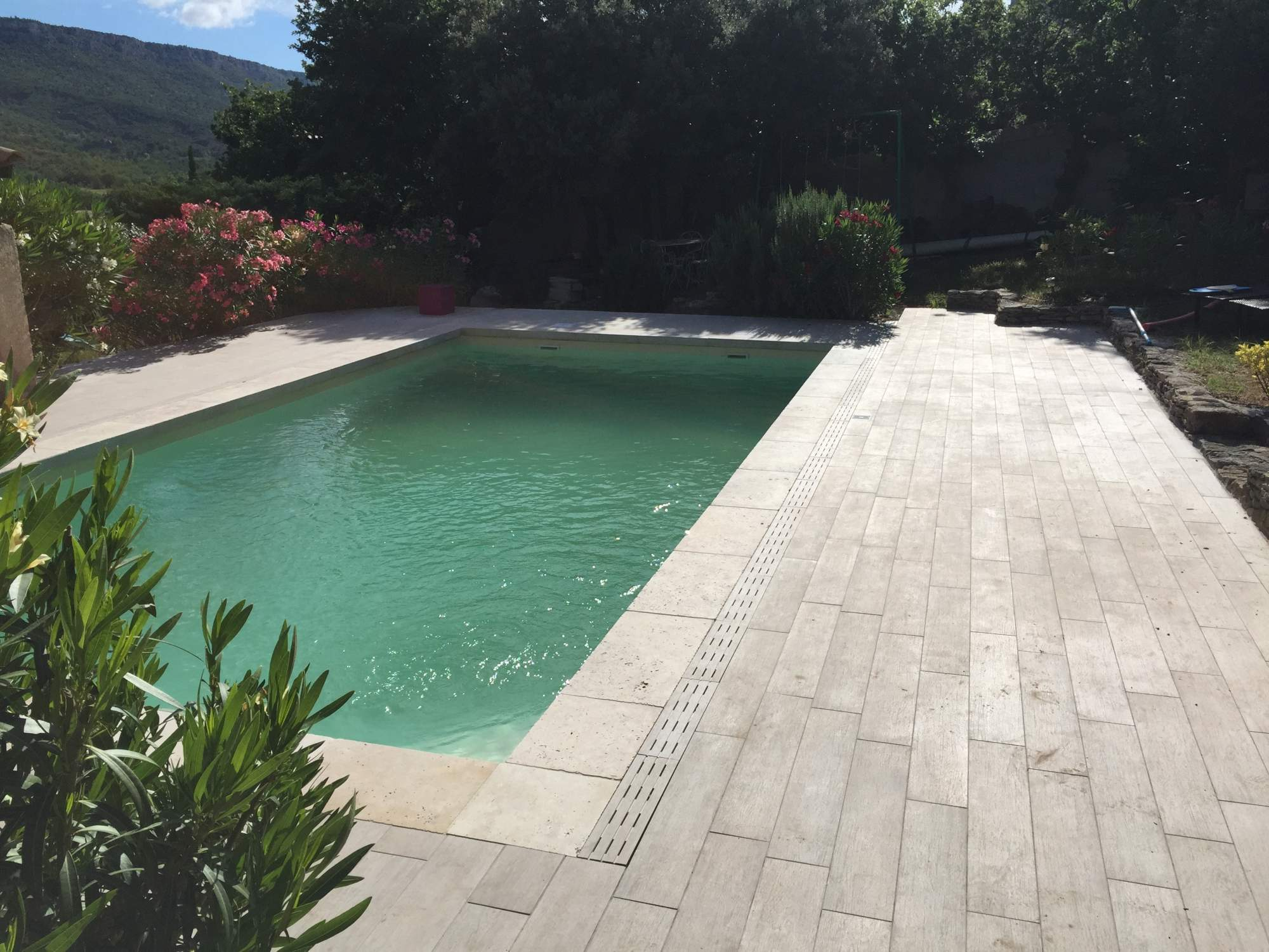 Terrasse margelles de travertin carreau imitation parquet for Carrelage contour piscine