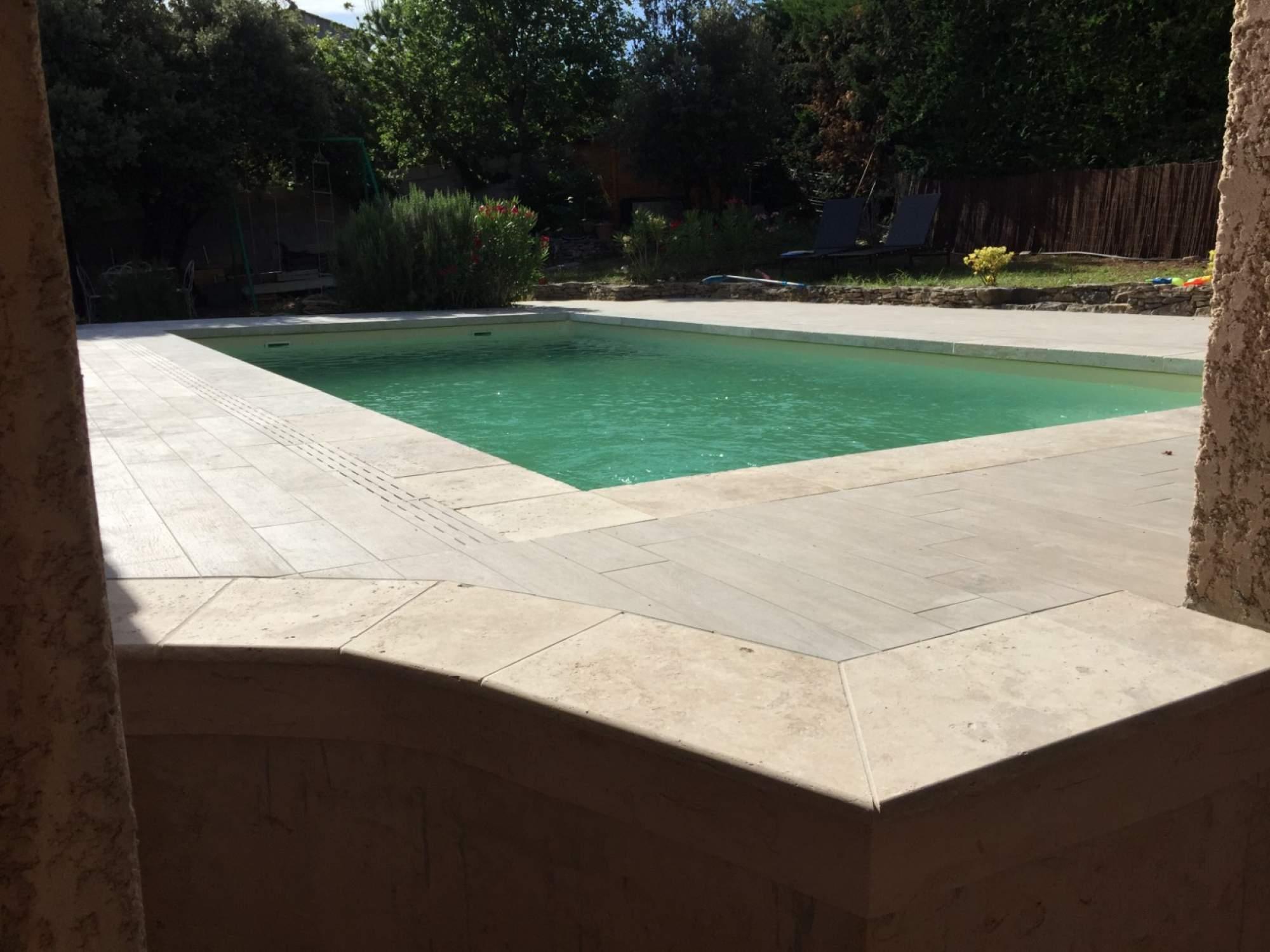 Terrasse imitation parquet margelles de piscine en for Plage de piscine en carrelage