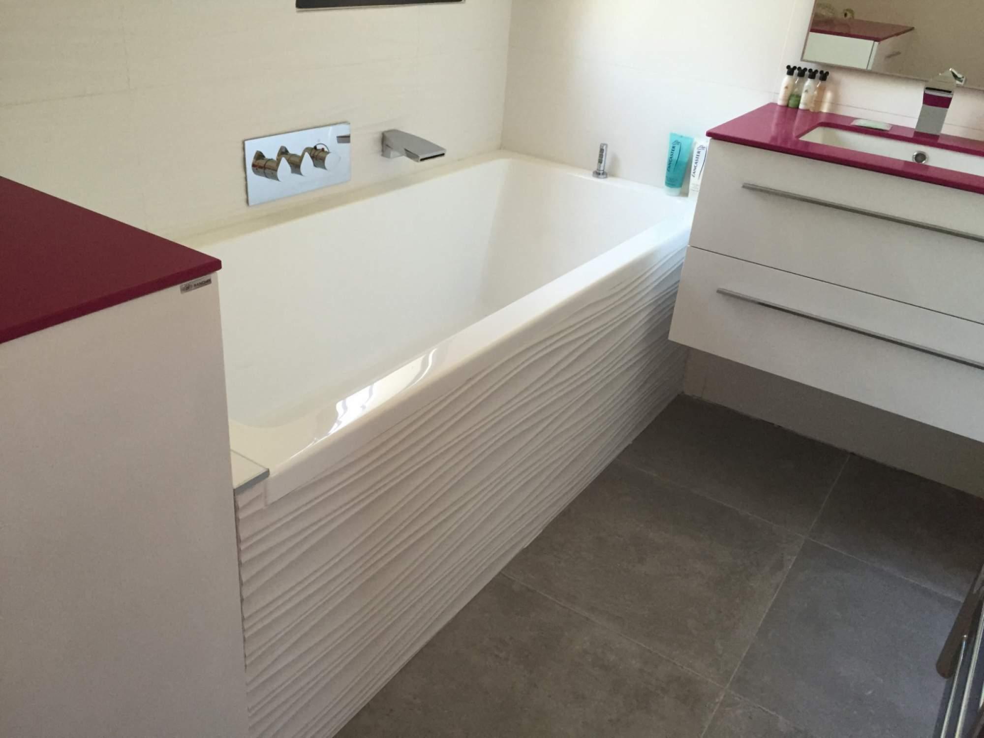 Salle de bains baignoire rose blanche sur les pennes - Carrelage rose salle de bain ...