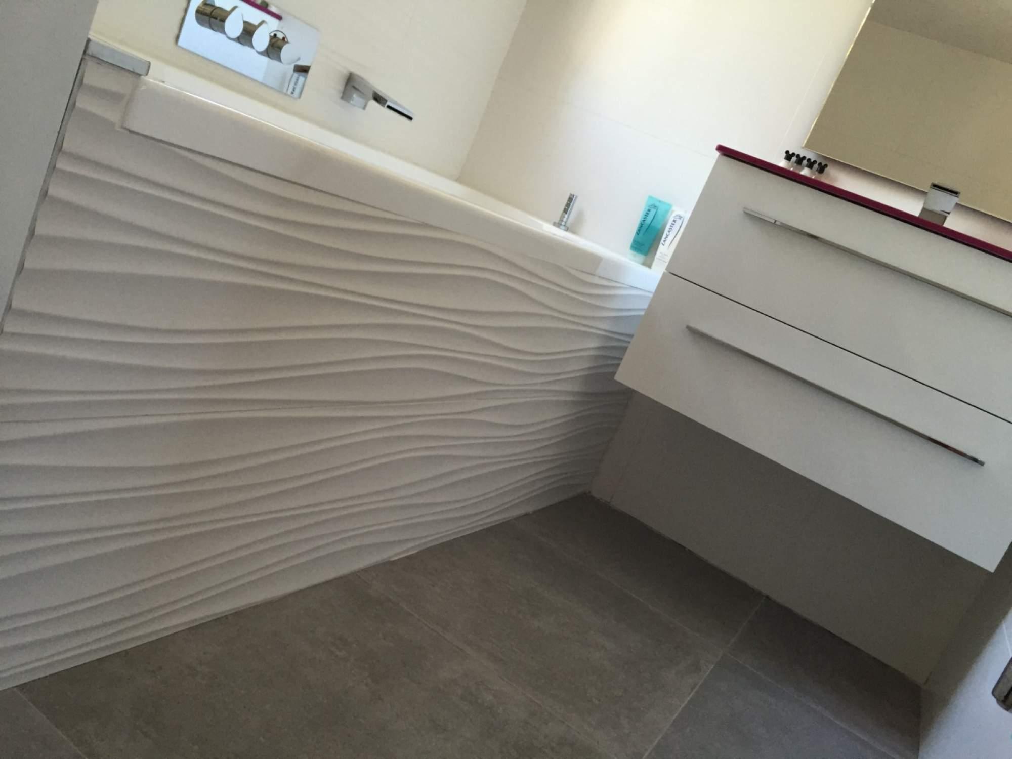 Salle de bains baignoire rose blanche sur les pennes for Pose carrelage salle de bain baignoire