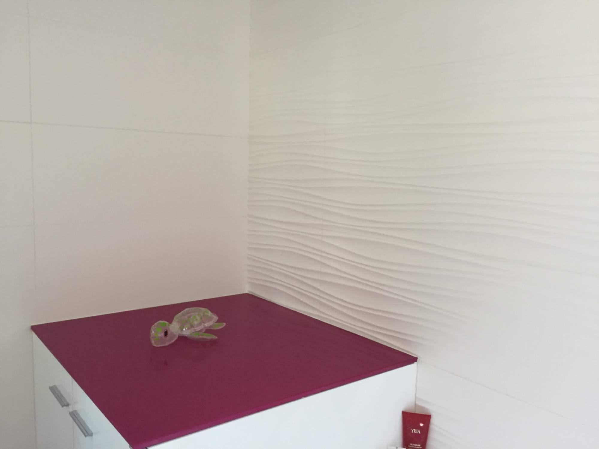 Salle de bains baignoire rose blanche sur les pennes - Salle de bain rose ...