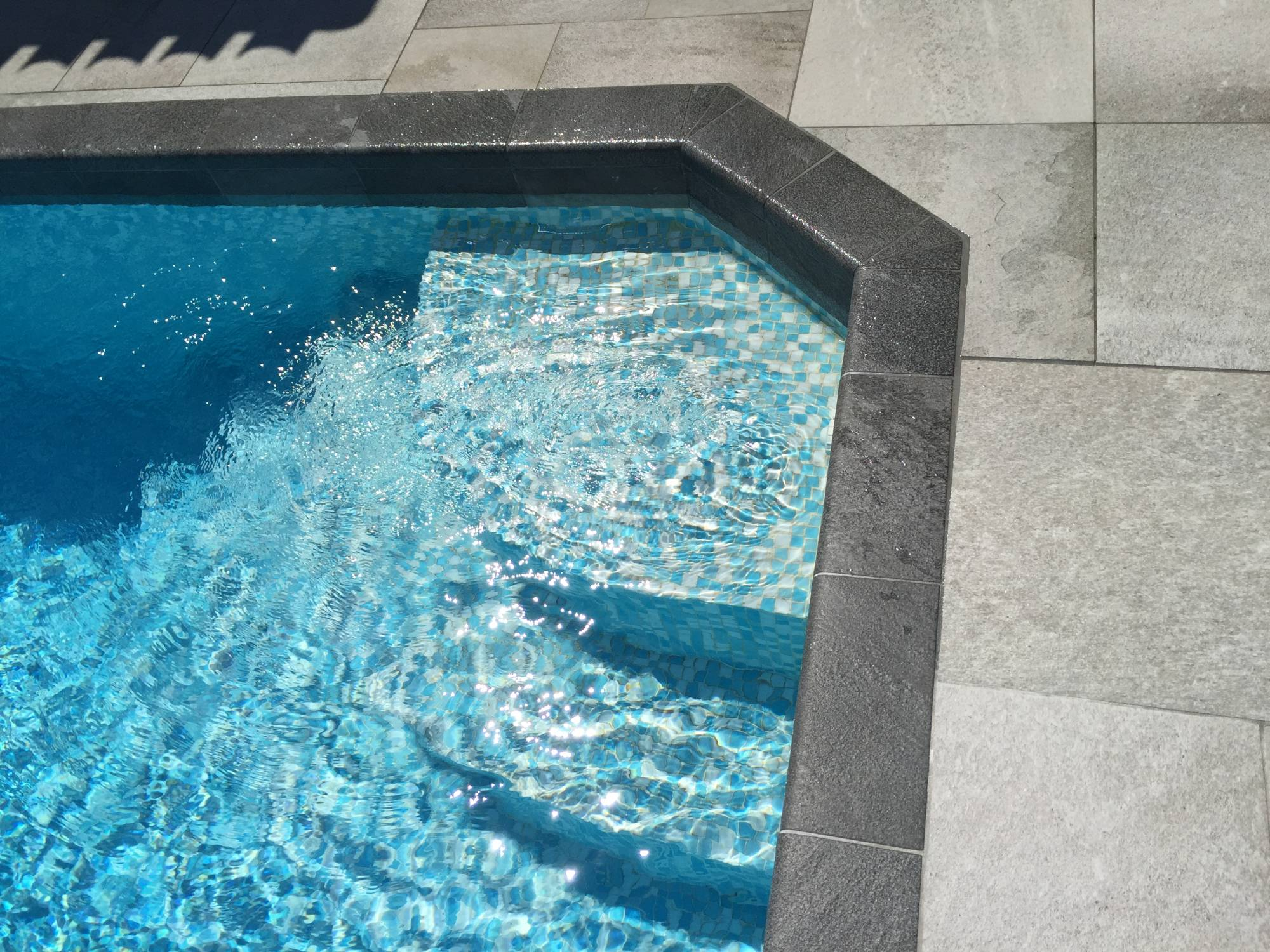 Contour de piscine en carrelage anti d rapant aix en for Piscine carrelage gris