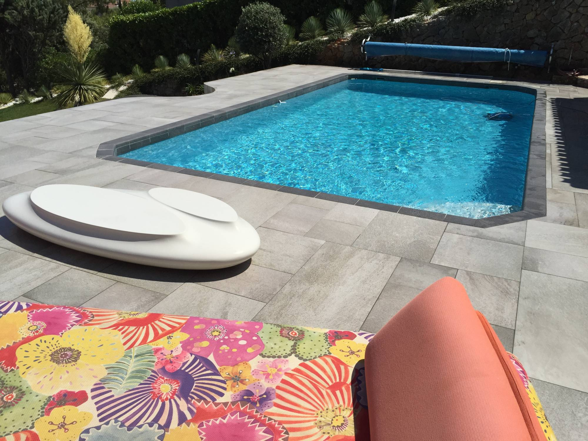 Carrelage de piscine margelles et terrasses for Carrelage contour piscine