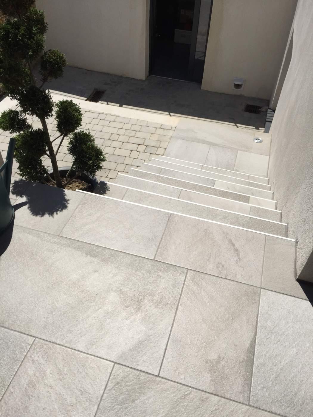 R novation d un contour de piscine et terrasses sur les for Carrelage sur terrasse exterieure