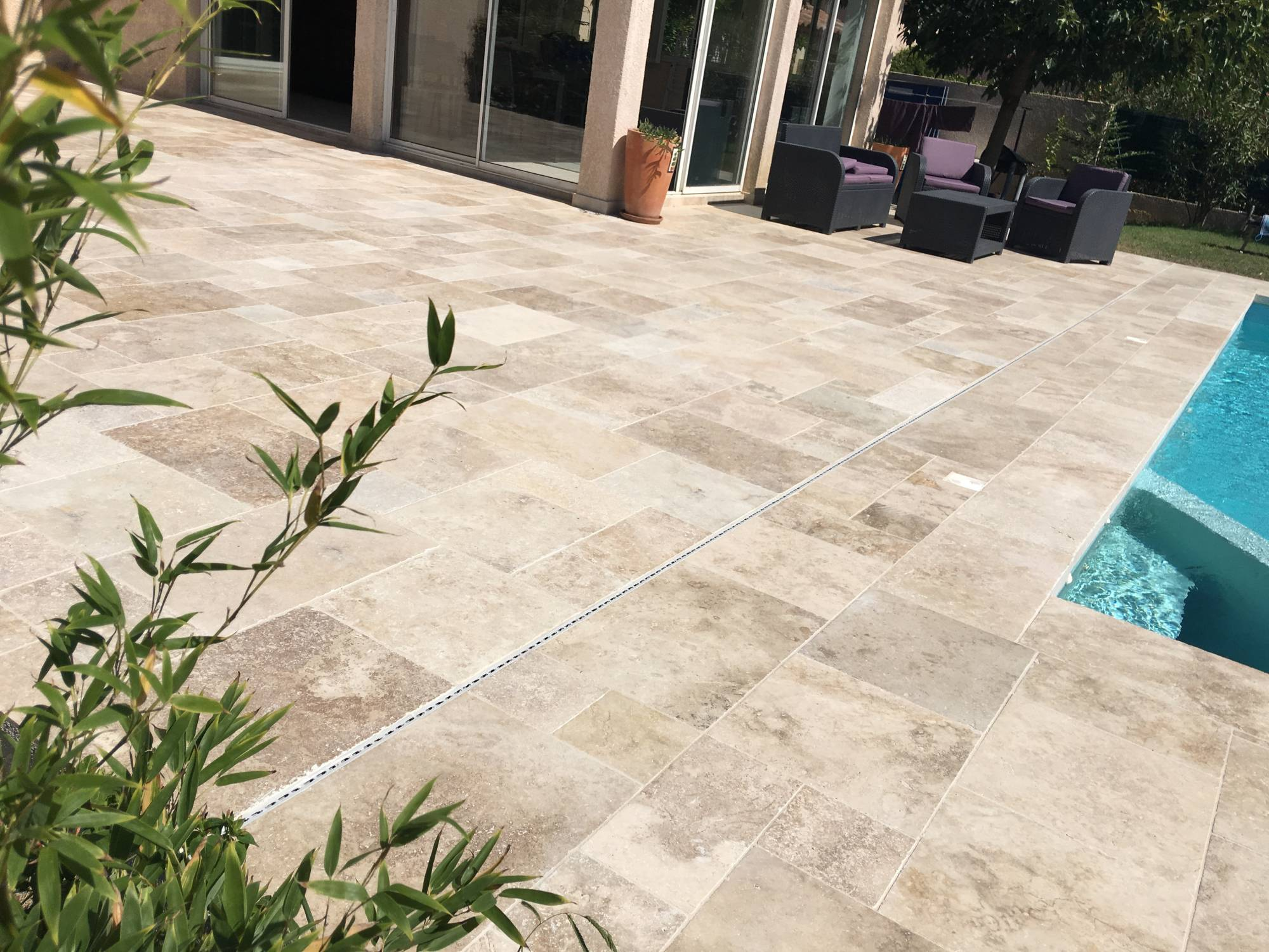 Piscine en travertin carrelage int rieur et ext rieur for Carrelage interieur piscine