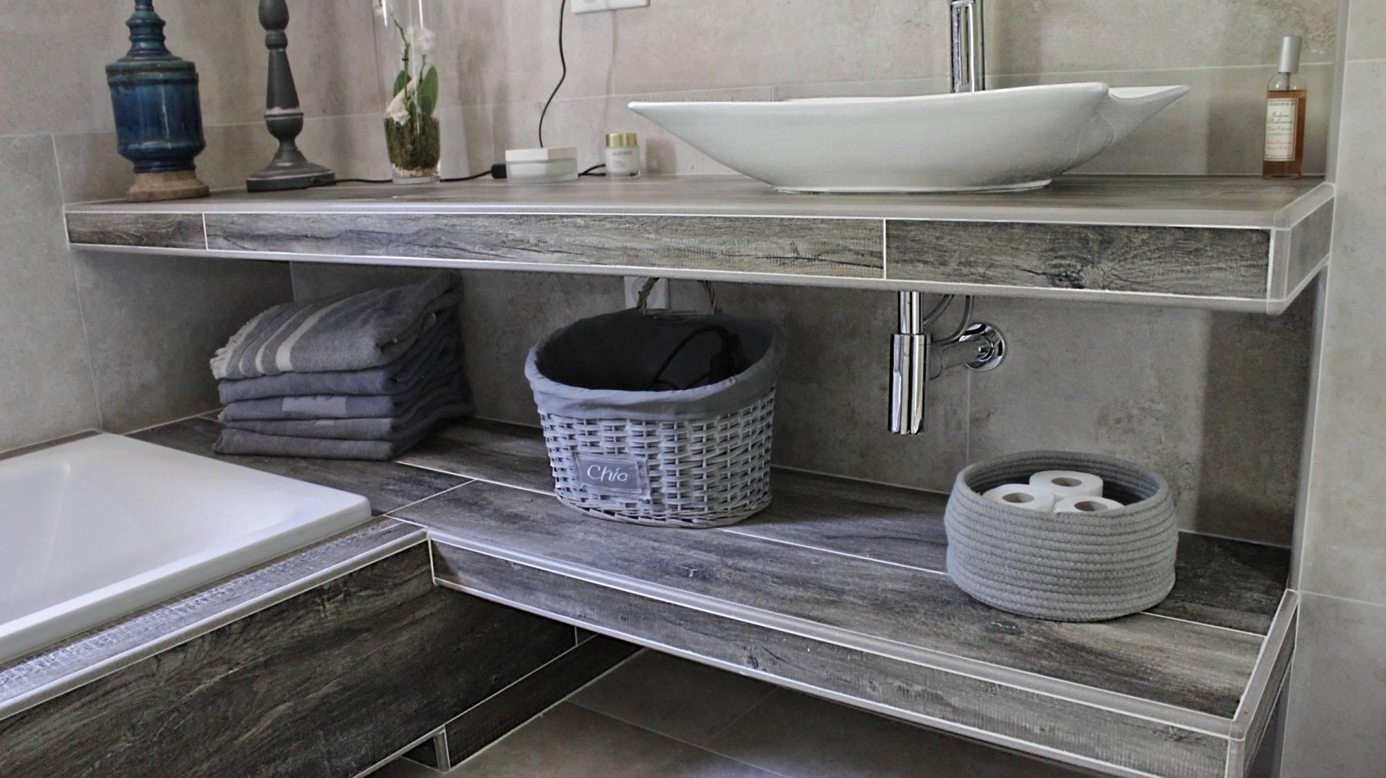 Salle de bains enti rement r nov e carrelage effet pierre for Exterieur provencal