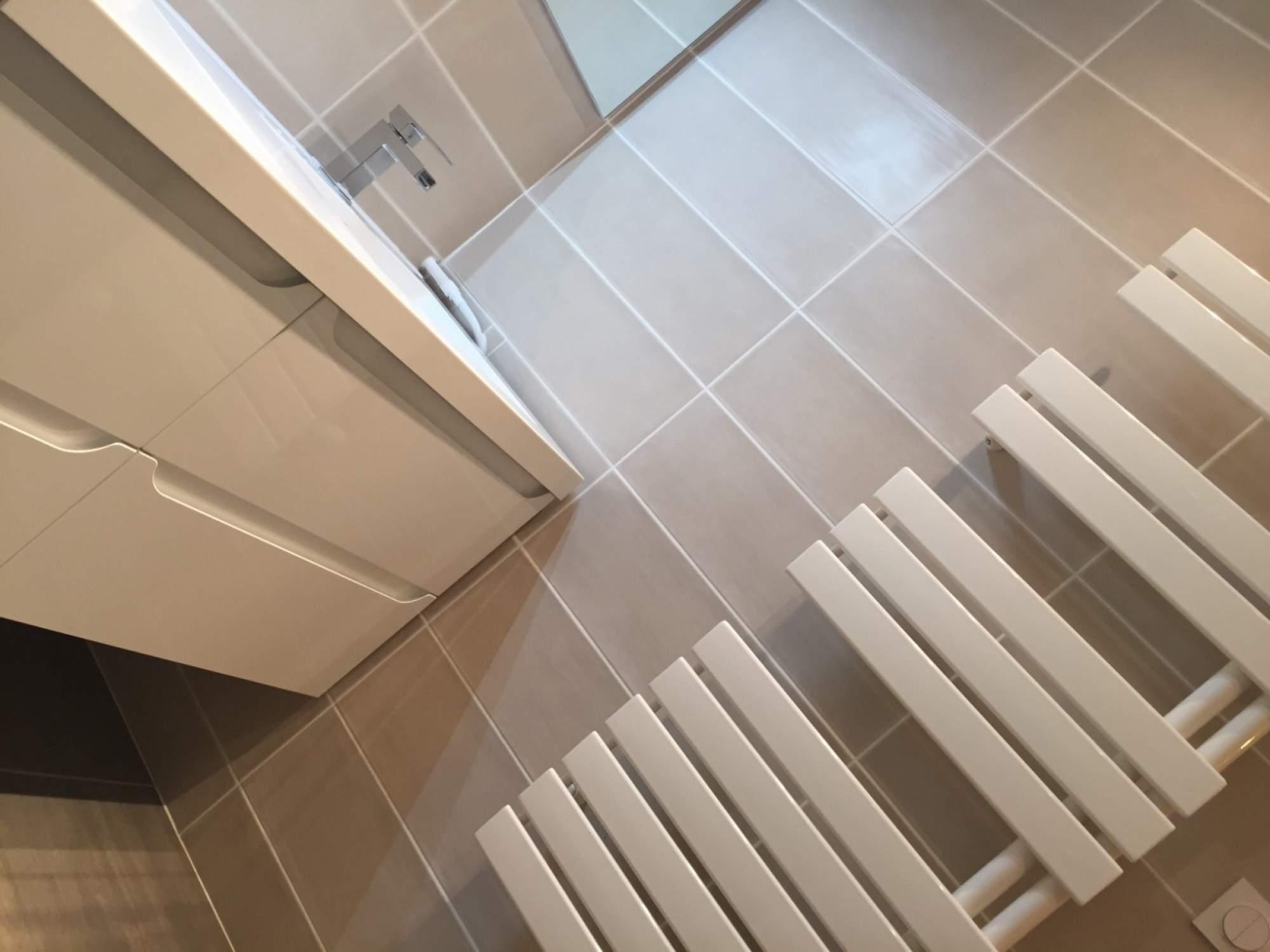 Salle de bains en travertin sur vitrolles carrelage for Salle de bain fonctionnelle