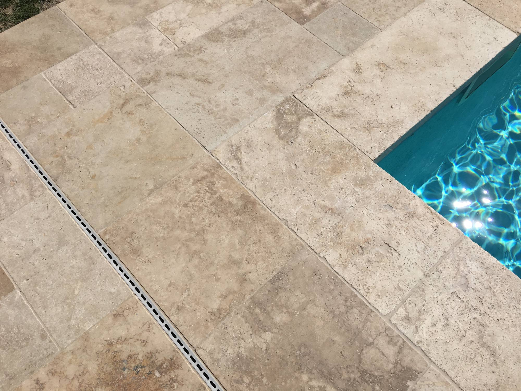 Piscine en travertin carrelage int rieur et ext rieur for Carrelage contour piscine