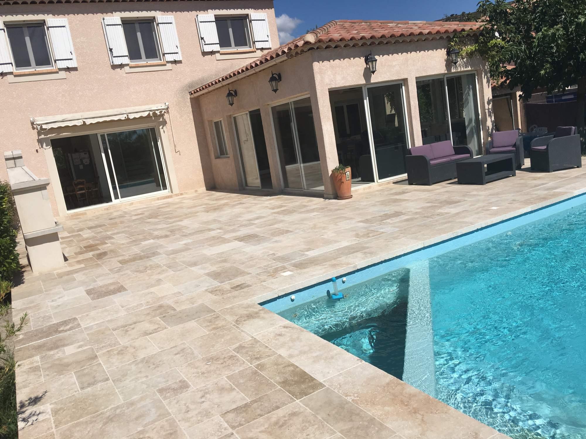 Terrasse en contour de piscine en opus de travertin Bouche du ...