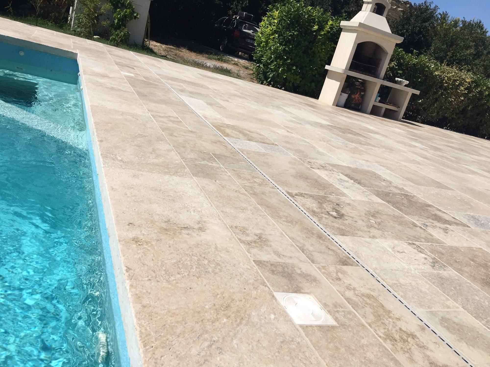 Terrasse en contour de piscine en opus de travertin bouche for Carrelage terrasse piscine