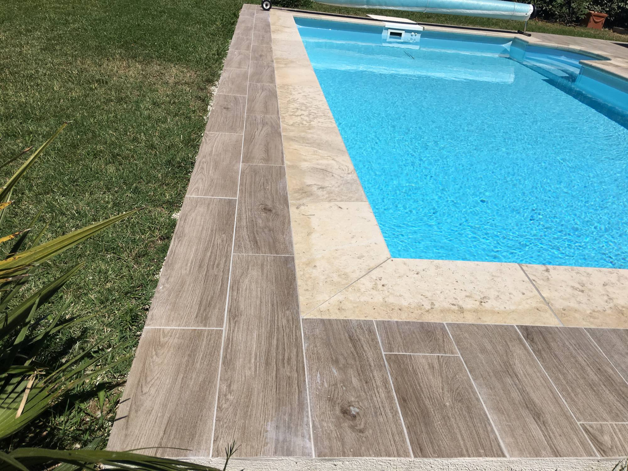 Piscine carrelage imitation bois margelles en pierre aix for Carrelage contour piscine