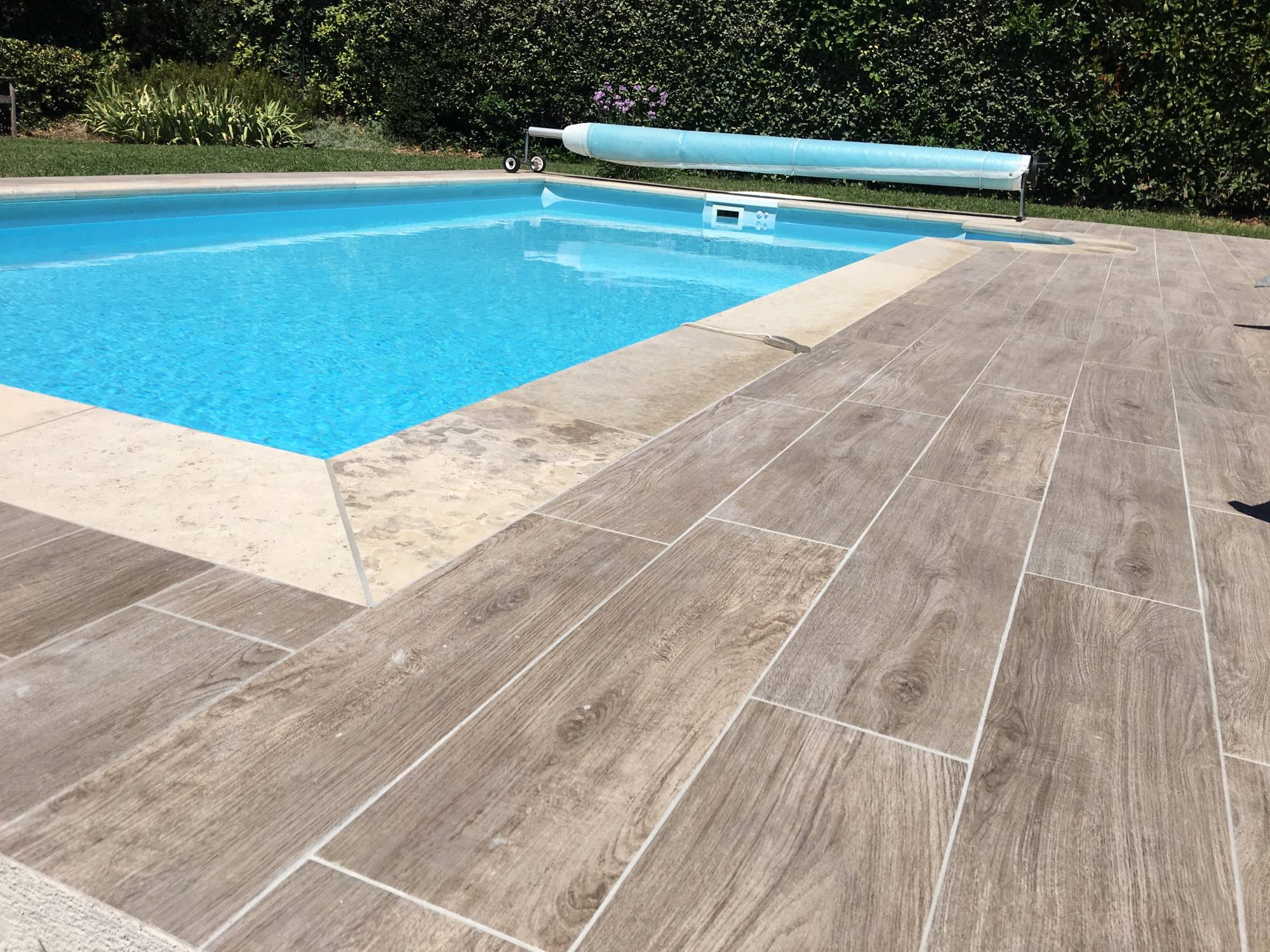 Carrelage imitation bois pour piscine for Margelle piscine