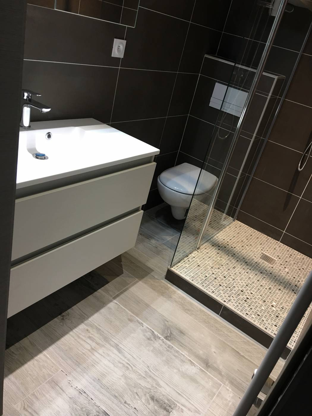 R novation sol appartement en carrelage imitation bois aix for Salle de bain sans carrelage