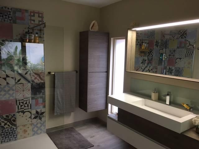 Salle de bains carrelage imitations carreaux de ciment for Carreaux de douche