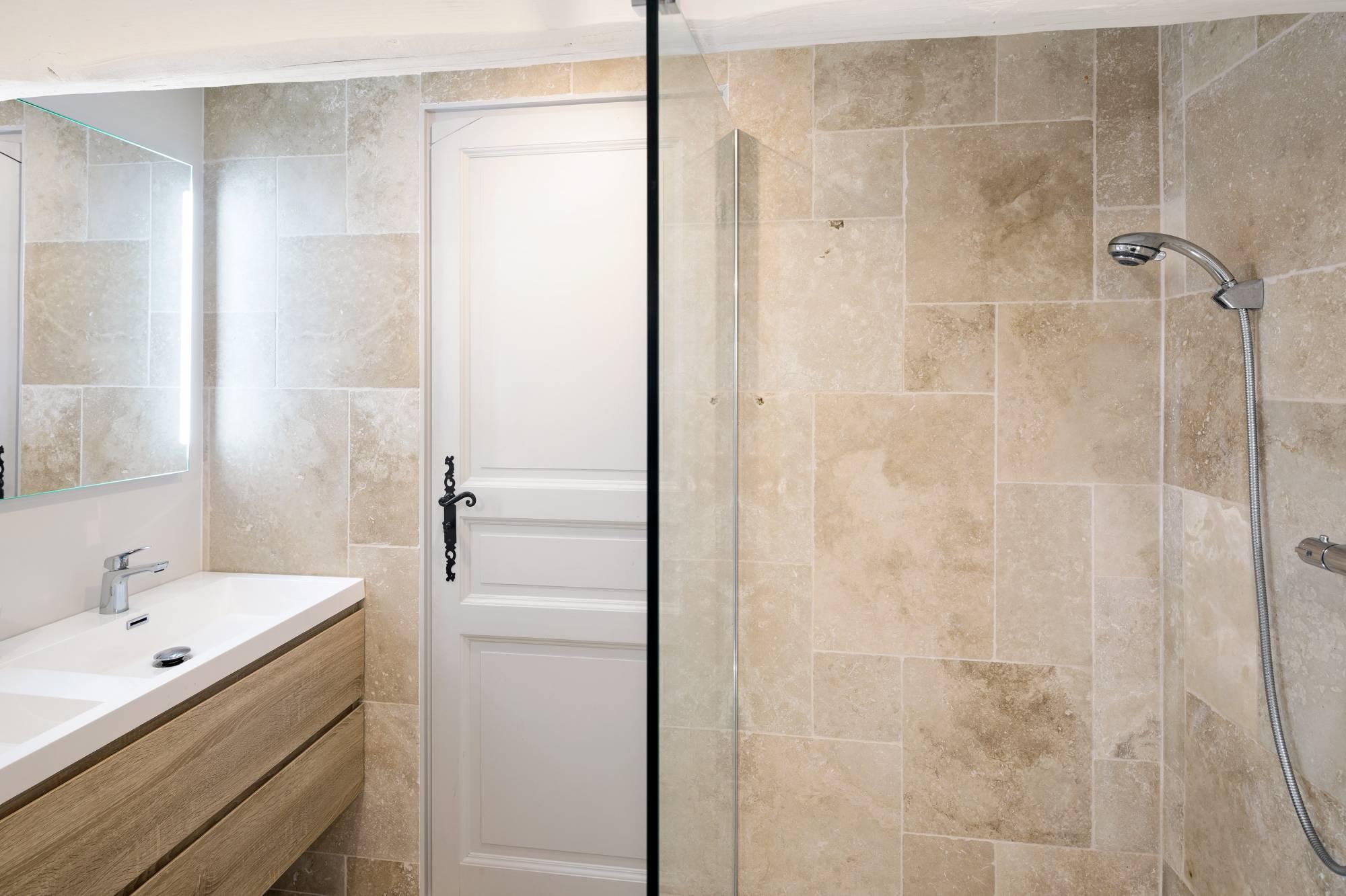 Salle de bains en opus de travertin Aix en Provence - Carrelage ...
