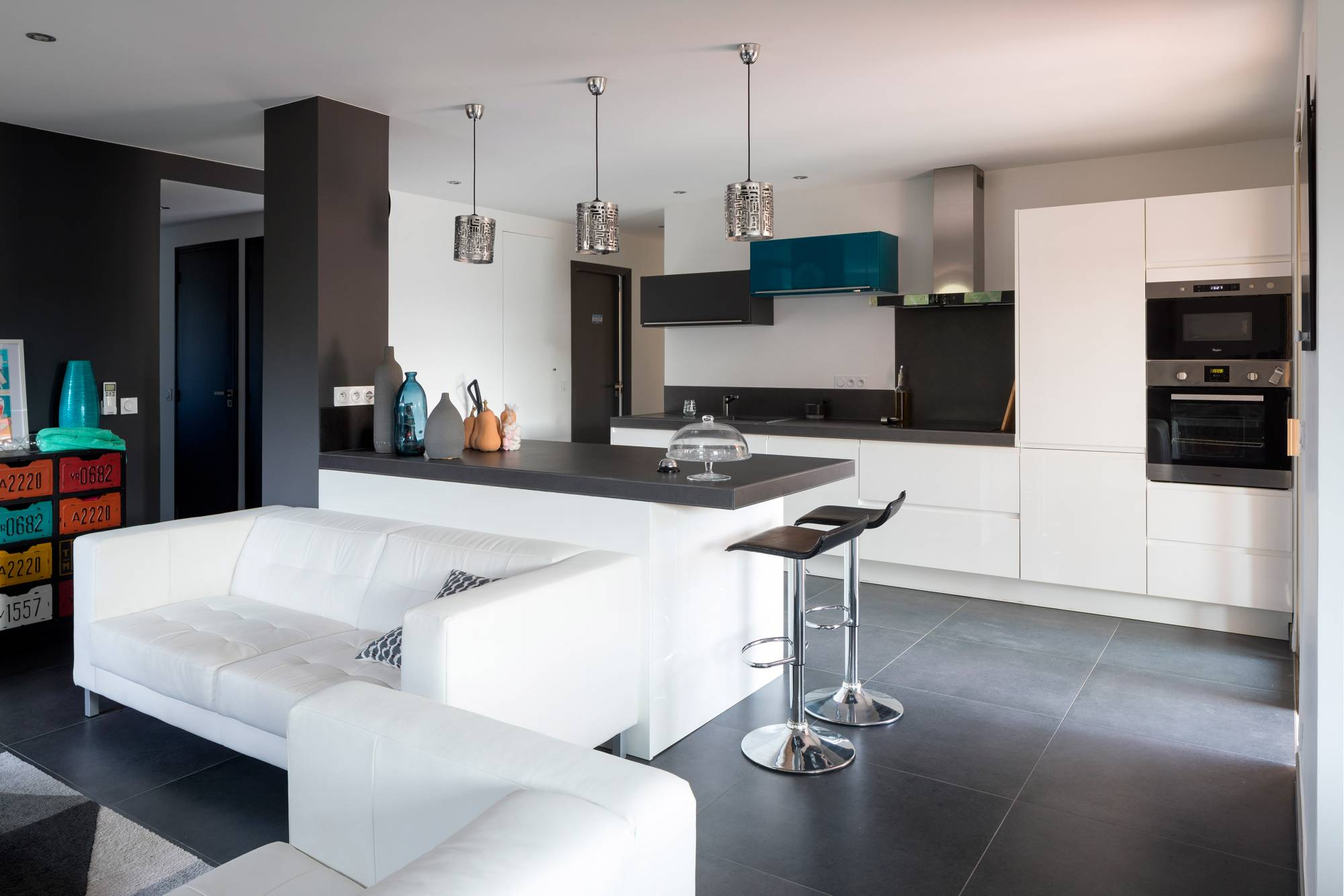 Cuisine Sur Mesure Blanc Brillant Plan De Travail Noir Eguilles Carrelage Interieur Et Exterieur A Eguilles Salle Bain Cuisine Et Terrasse