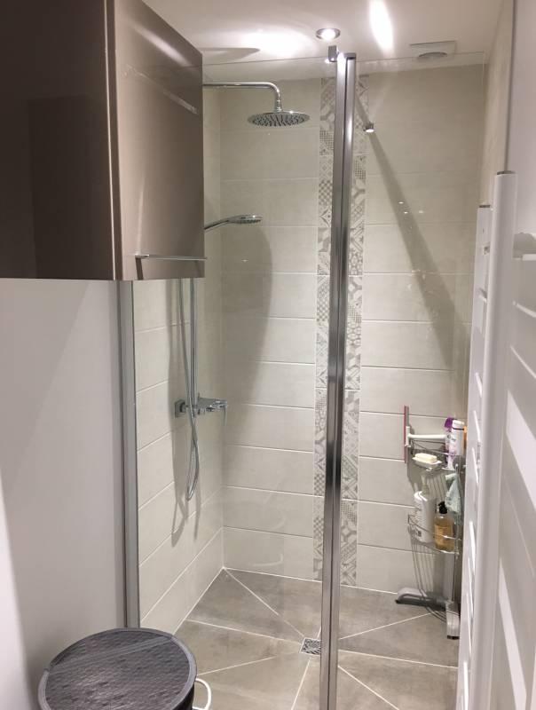 salle d 39 eau pour espace r duit avec douche italienne aix en provence carrelage int rieur et. Black Bedroom Furniture Sets. Home Design Ideas