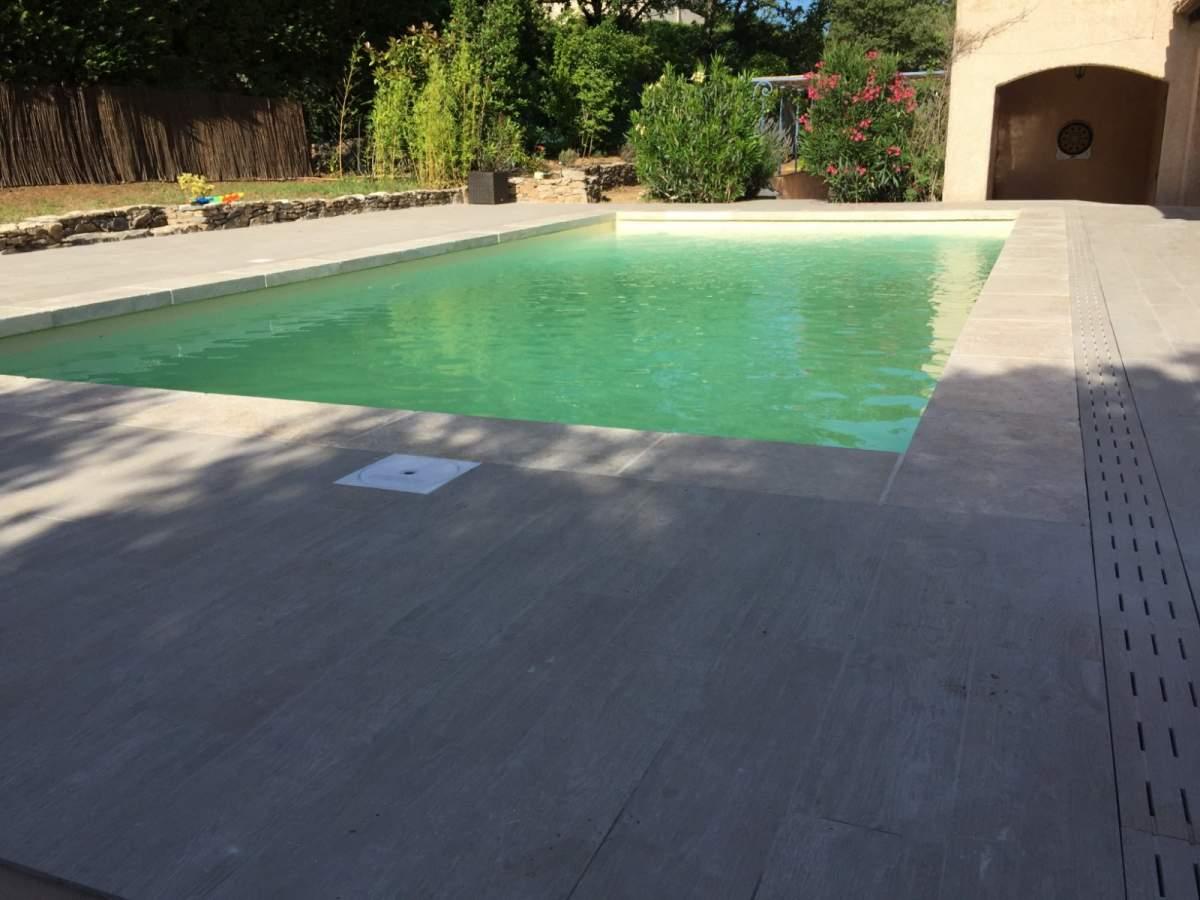Terrasse imitation parquet margelles de piscine en for Etancheite piscine avant carrelage