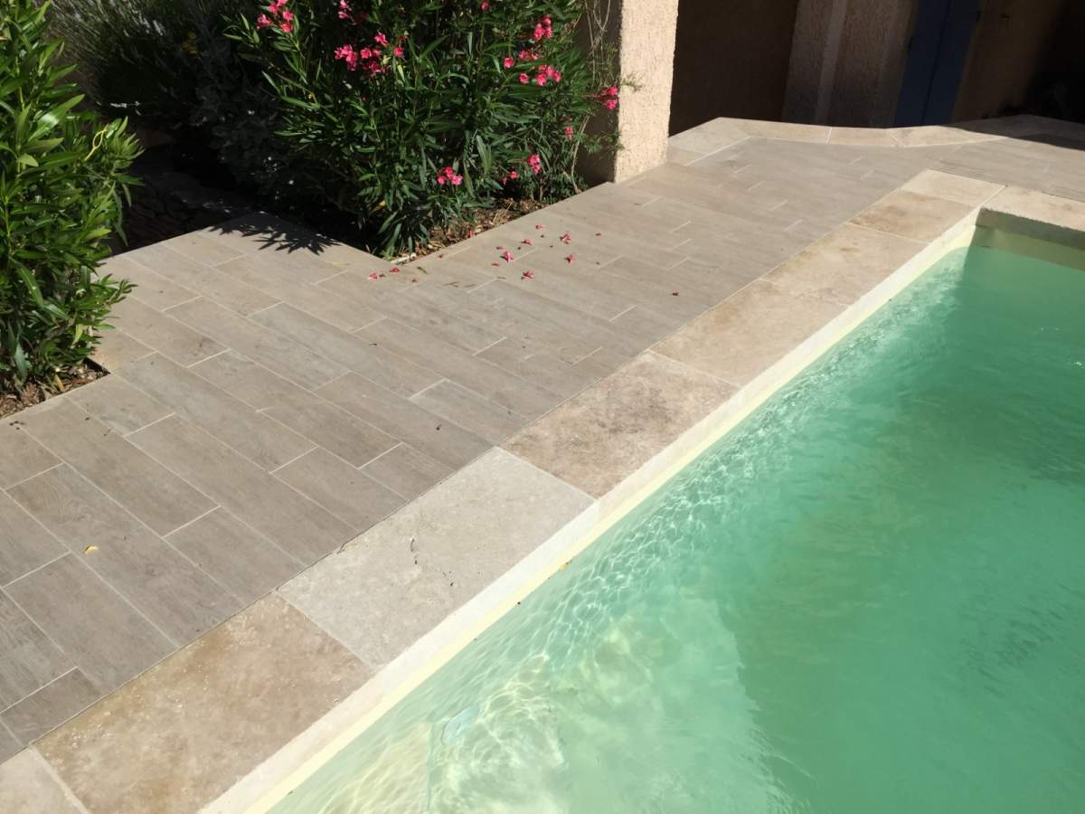 Terrasse imitation parquet margelles de piscine en for Carrelage exterieur rouge