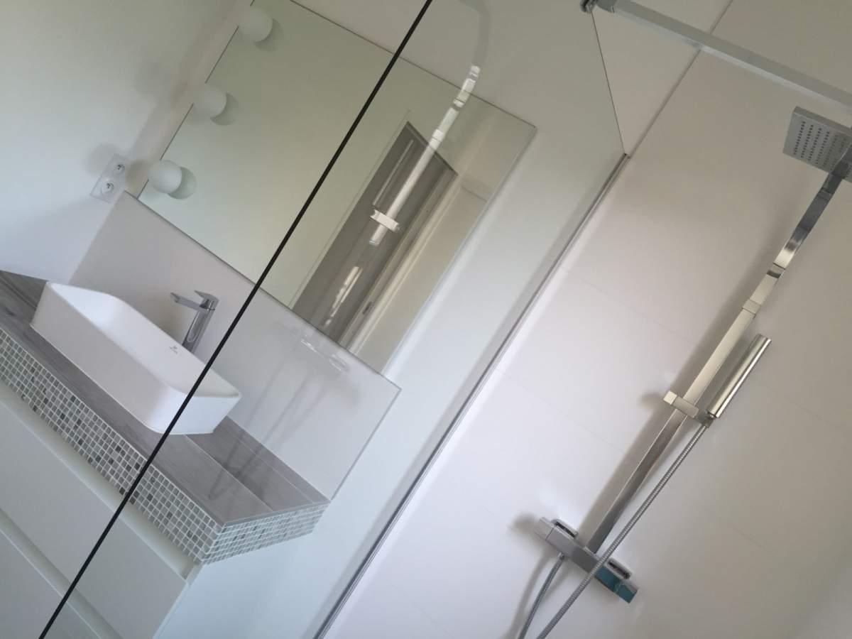 Nouvel agencement et am nagement d une salle de bains sur for Agencement salle de bain en longueur