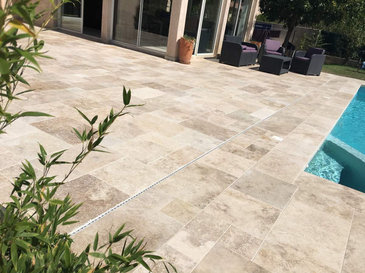 Terrasse en contour de piscine en opus de travertin bouche for Fin de serie carrelage exterieur