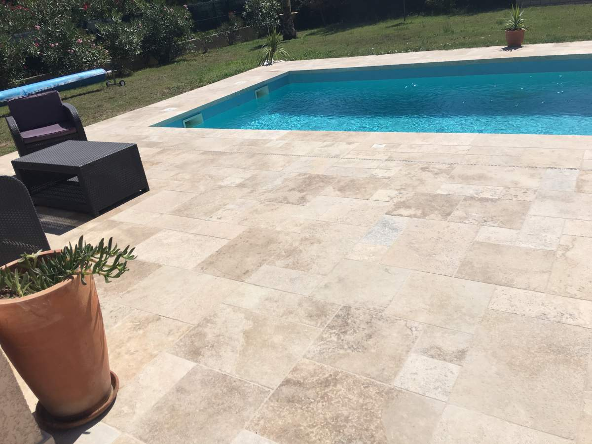 Terrasse en contour de piscine en opus de travertin bouche for Carrelage exterieur travertin