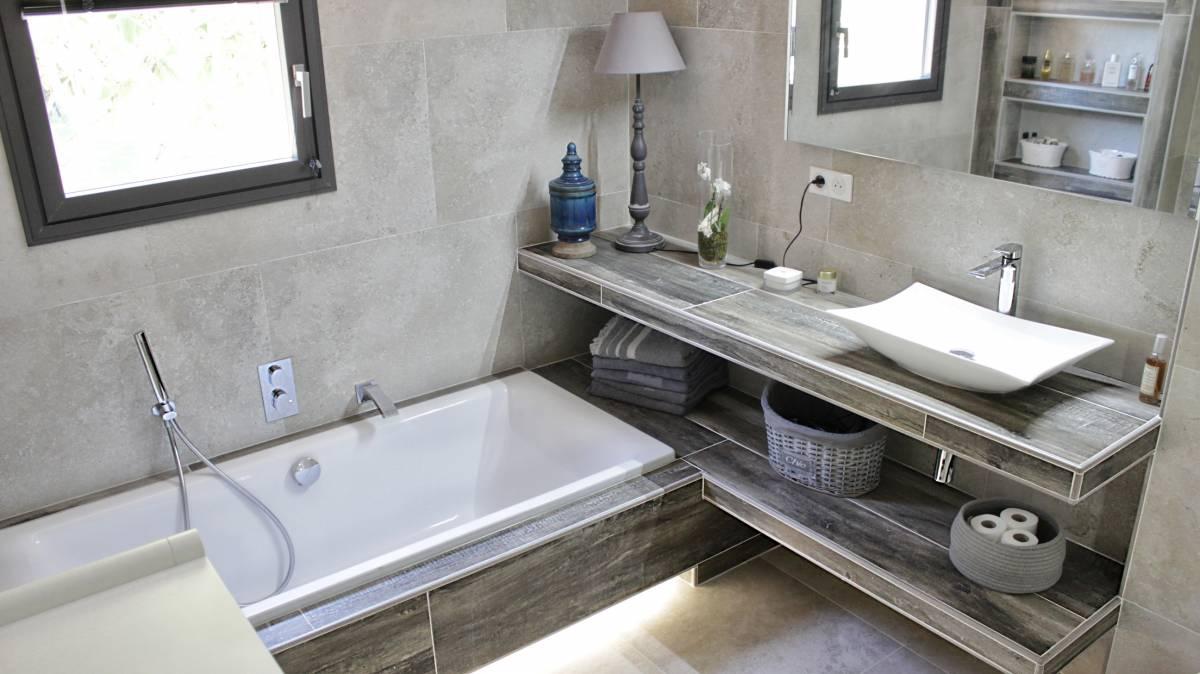 Salle de bains enti rement r nov e carrelage effet pierre for Salle de bain aix en provence