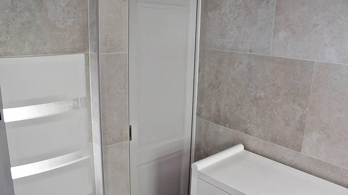 Salle de bains enti rement r nov e carrelage effet pierre - Enlever calcaire carrelage salle de bain ...