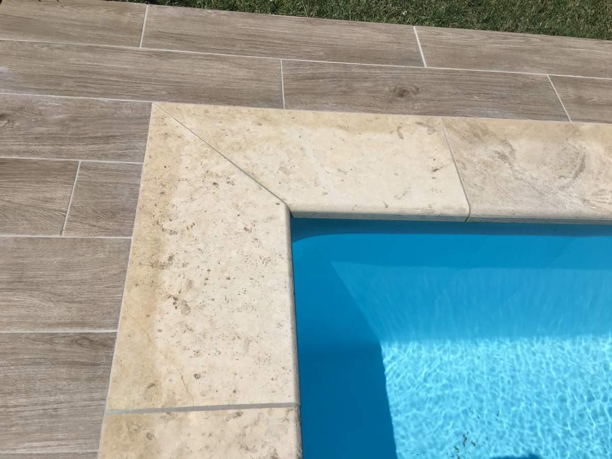 Contour de piscine et margelles en travertin aix en provence carrelage int - Contour de piscine en pierre ...