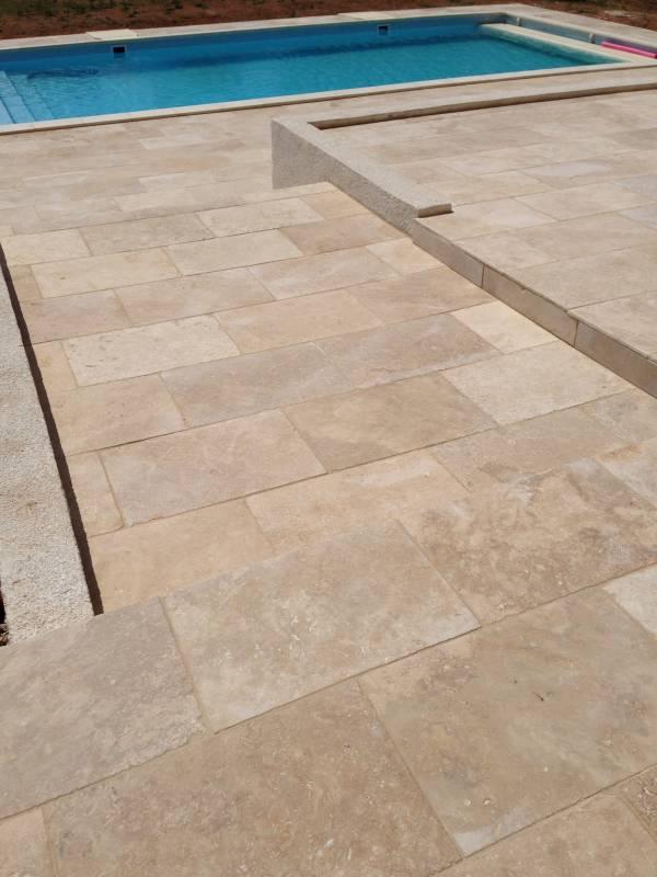 Terrasse en travertin clair 40x60 puyricard 13540 carrelage int rieur et ext rieur eguilles - Piscine bassin exterieur aixen provence ...