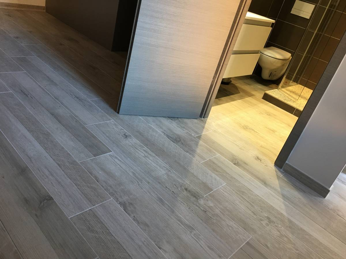 R novation sol appartement en carrelage imitation bois aix for Dalle pour sol interieur