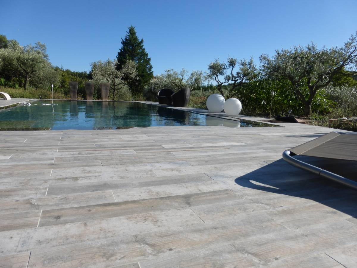 Piscine imitation bois eguilles carrelage int rieur et for Carrelage terrasse piscine