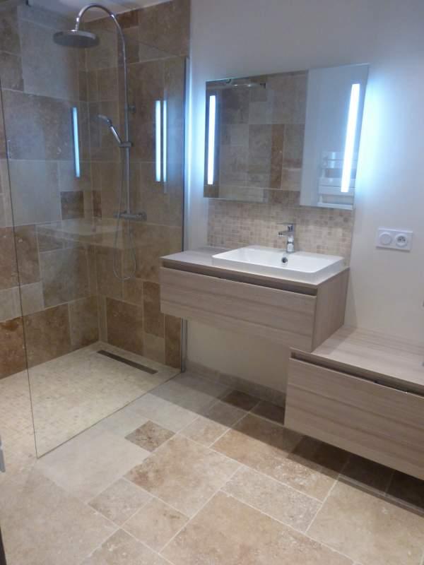 R novation d une salle de bains w c en travertin sur - Petite salle de bain avec douche a l italienne ...