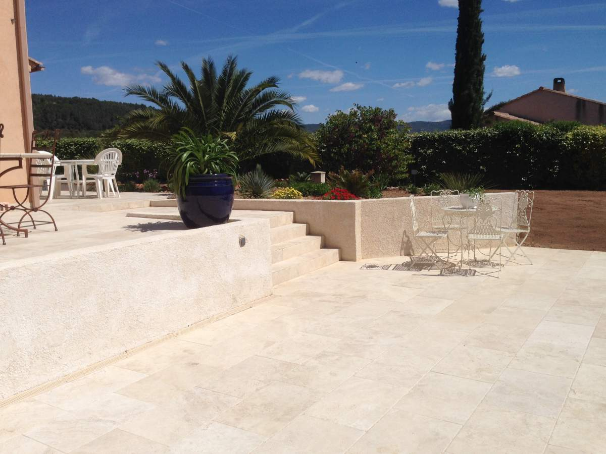 Contour de piscine + terrasse en travertin 40 60 pose
